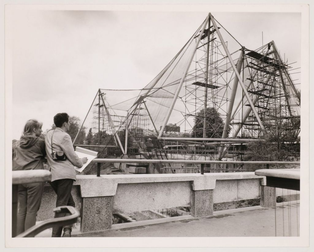 Zicht op de volière van de London Zoo in aanbouw, Regent's Park, Londen, Engeland (1960-1965). © Central Press Photos